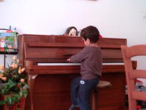 איתי ליד הפסנתר